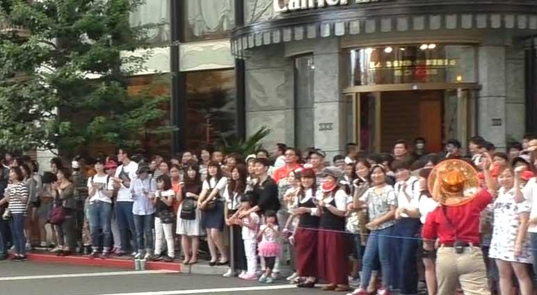パレードに並ぶ人たち